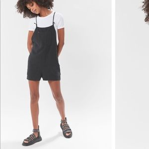 URBAN OUTFITTERS BLACK OVERALLS